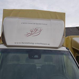 Der Lieferwagen wird ausschließlich zur Lieferung von Geräten für Grabungsarbeiten verwendet.
