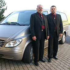 Walter und Reinhold Esterbauer beim Überführungsauto