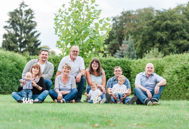 Großfamilie auf einer Wiese